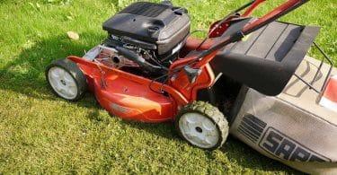 Réussir la tonte de sa pelouse en pente